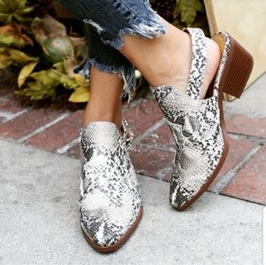 Shoes - 🆕️//The Victoria// Snake print Mule